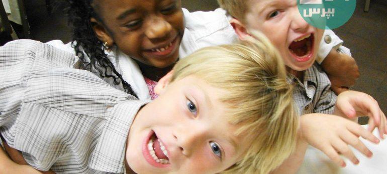 با کودکی که حرف دیگری را قطع می کند چه رفتاری باید بکنیم؟