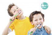 چگونه کودکان را وادار به مسواک زدن کنیم؟